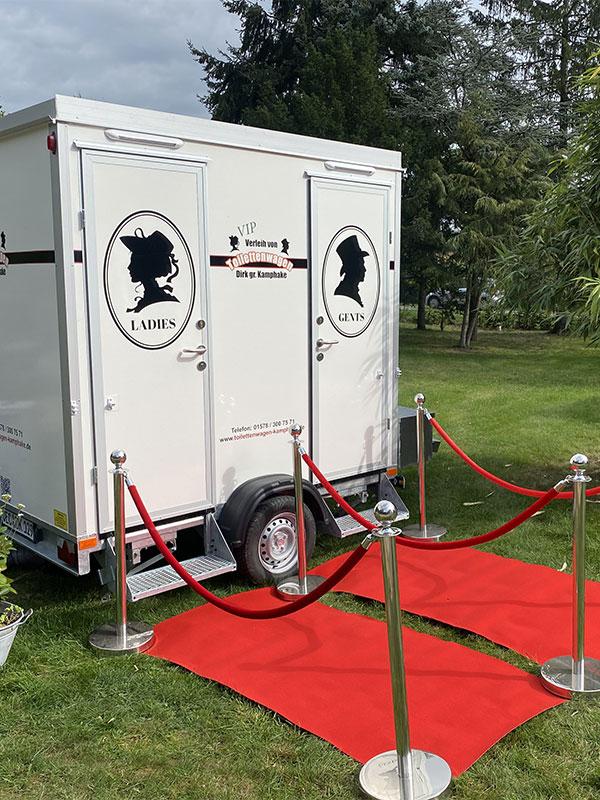 Unseren kleinen VIP-Toilettenwagen mieten (Aussenansicht)