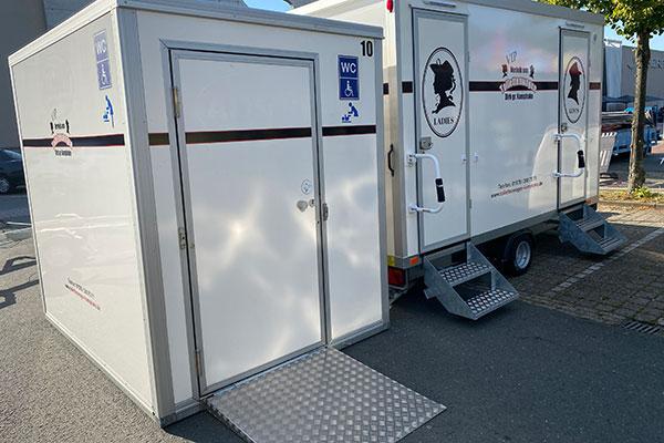 Der barrierefreie Toilettenwagen für Ihre Baustellen