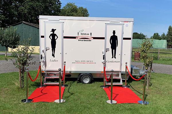 Grossen VIP Toilettenwagen mieten - Aussenansicht mit rotem Teppich