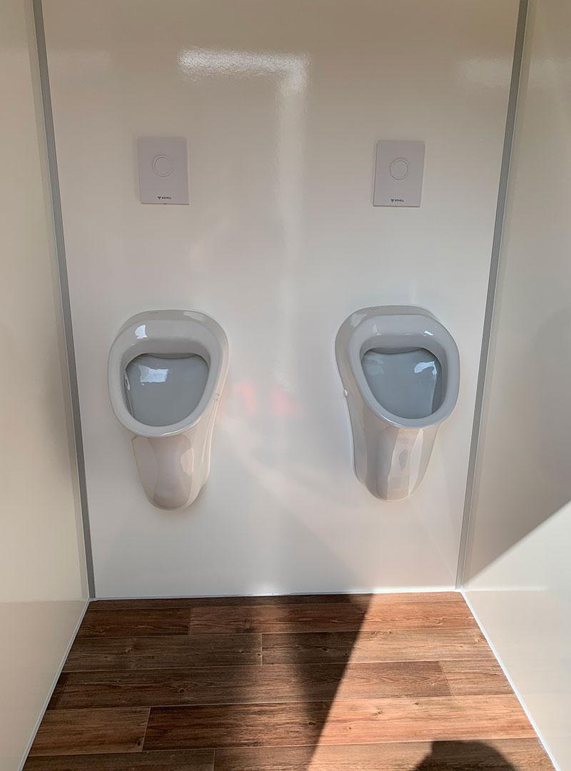 Innenansicht VIP-Toilettenwagen Urinale