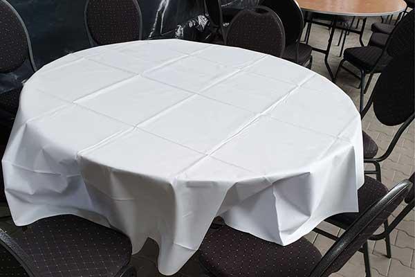 Runder, gedeckter Tisch mit schwarzen Bankettstühlen
