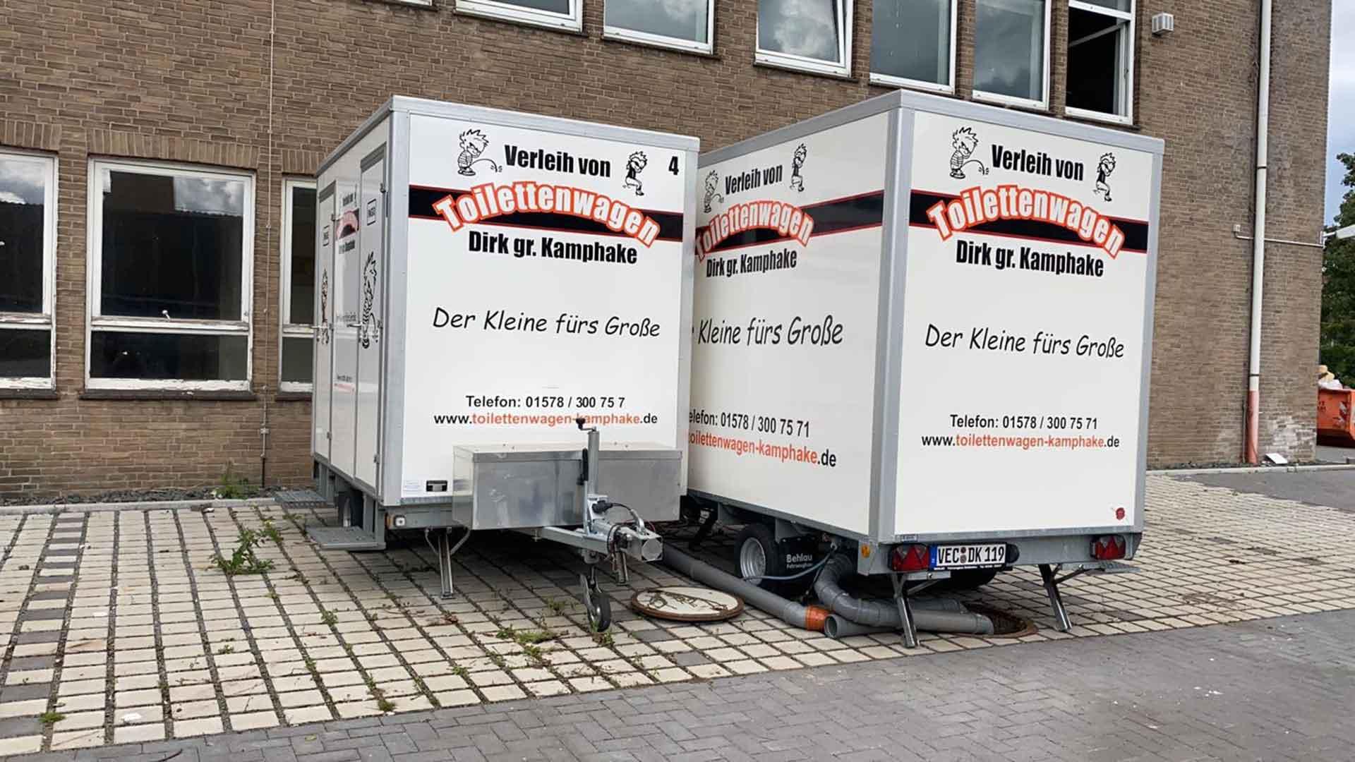 Baustellentoilette mieten im Einsatz, mehrere Toilettenwagen mieten